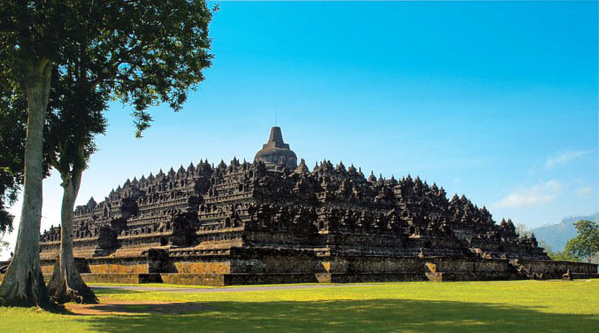 Le temple de Borobudur, le plus grand monument bouddhique du monde, est construit non loin du volcan Merapi sur l'île de Java© O.T. Wonderfull Indonesia
