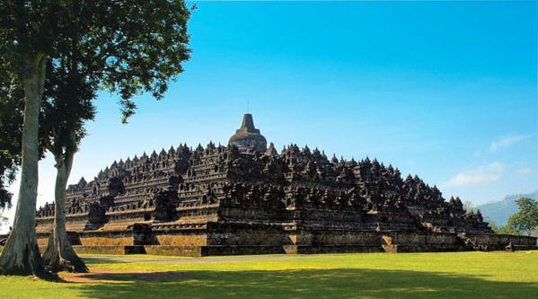 Le temple de Borobudur, le plus grand monument bouddhique du monde, est construit non loin du volcan Merapi sur l'île de Java© O.T. Wonderfull Indonesia