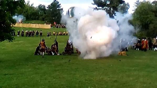 Les assiégés attaquent et détruisent la batterie de canons suédoise - © H. Gouleret