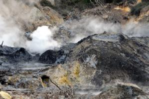 Les Sulfur Springs d'où s'échappent des fumerolles chargées en soufre - © D. Raynal