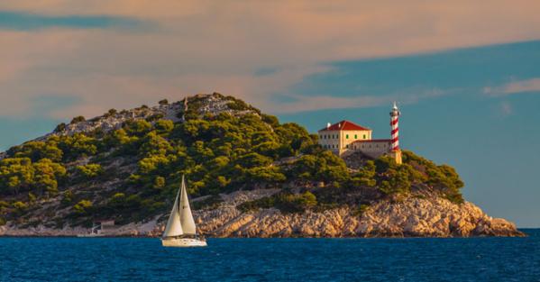 Phare Tajer sur l'île Sestrica Vela - © Zoran Jelaca