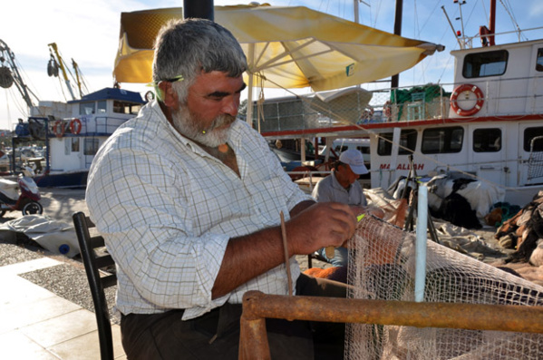 Pécheur sur le port d'Alaçatı - © David_Raynal