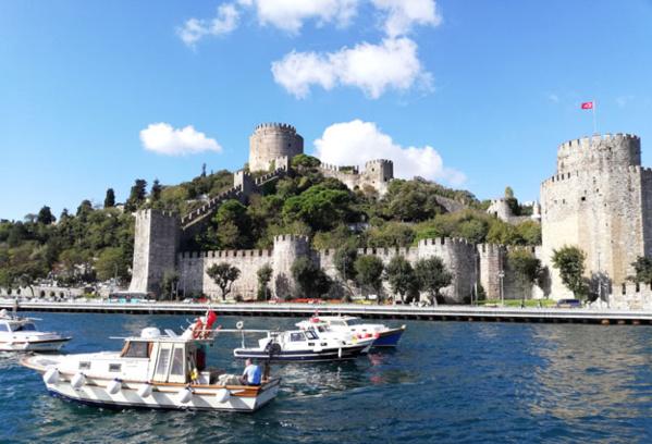 La forteresse ottomane de Rumeli Hisarı à Istanbul, conçue par Mehmet II en 1452 pour assiéger Constantinople à l'endroit le plus étroit du Bosphore - @ David Raynal.