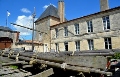Dans la cour du musée, la réplique du « Radeau de la Méduse » fait référence au fameux tableau de Théodore Géricault réalisé en 1819 et toujours visible au musée du Louvre. Le Musée de la Marine - © David Raynal