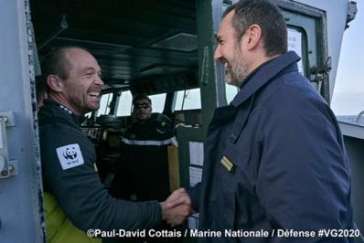 Poignée de main chaleureuse entre Kevin Escoffier et Frédéric Barbe le commandant du Nivôse - © Paul David Cottais/Marine Nationale
