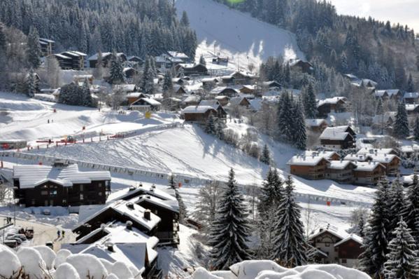 Porte d'entrée du domaine skiable XXL du Grand Massif, la station-village des Carroz déroule son tapis blanc et offre ses pistes de toutes les couleurs. OT Les Carroz.