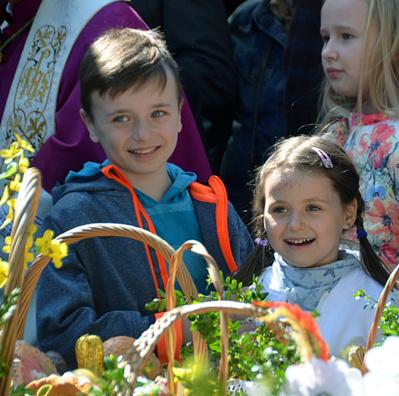 Les corbeilles magnifiquement décorées que les enfants ont coutume d'apporter sont bénies par le prêtre - © David Raynal