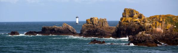 L'île des Landes à la pointe du Grouin à Cancale avec en arrière plan le phare du Herpin © Dominique Marché