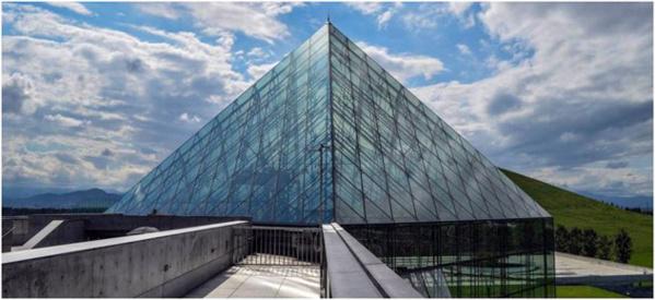 La pyramide de verre Hidamari du parc Moerenuma - © inefekt69