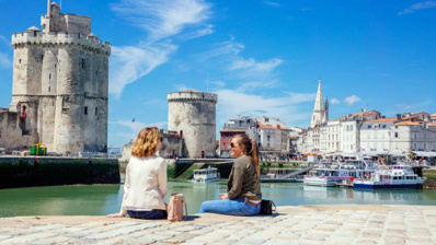Entrée du Vieux-Port de La Rochelle et ses fameuses tours signatures médiévales Saint-Nicolas et de la Chaîne - © La Rochelle Tourisme