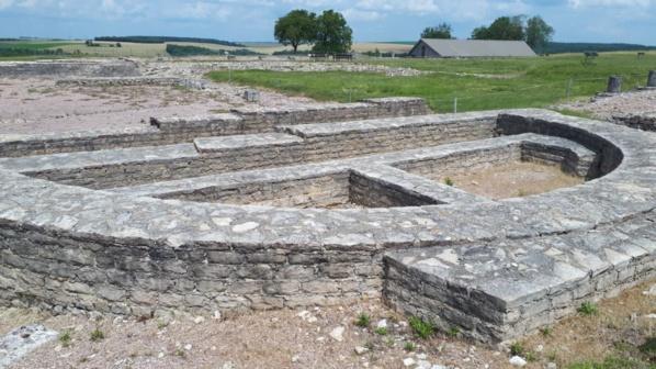 Vestiges de la basilique civile sur l'oppidum - © Hubert Gouleret