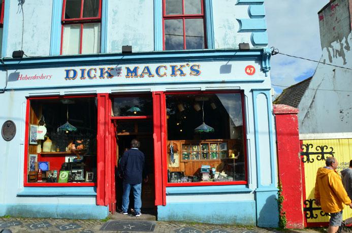 Le Dick Mack's est l'un des nombreux pub de la grande rue - © D. Raynal
