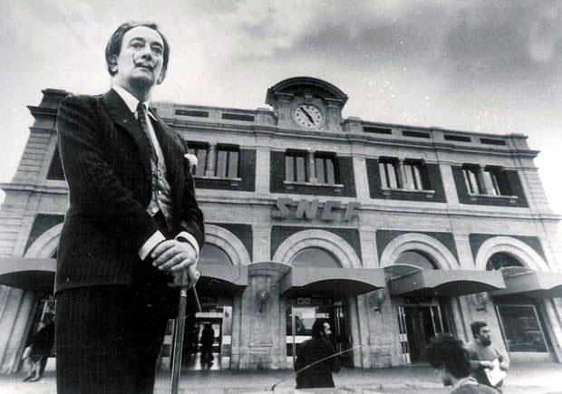Dali devant la gare de Perpignan Centre du monde - © Fundació Gala-Salvador Dali