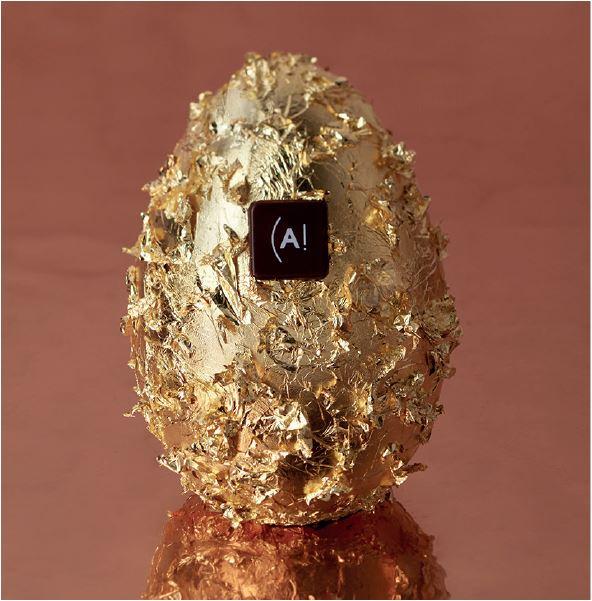 OEUF PRESTIGE Le modèle Prestige, entièrement recouvert de feuilles d'or, est réalisé à la demande de chaque client dans une des saveurs proposées. Chaque œuf est garni d'une ribambelle de petits œufs pralinés.