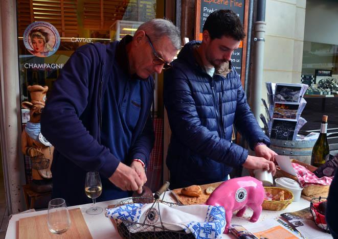 Francis Delpey (à gauche) l'ambassadeur des saveurs périgourdines et le président de la confrérie du paté de Périgueux. © D. Raynal