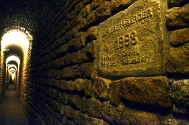 Les canaux d'assainissement de l'eau en sous-sol datent du IIIe siècle et ont été réouverts au public en 1998 © D. Raynal