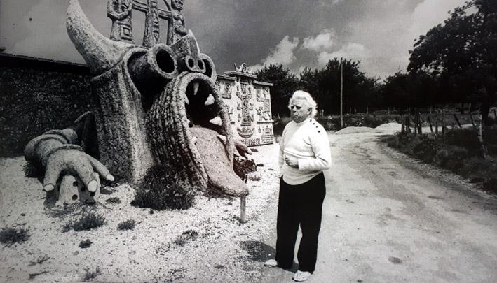 Robert Tatin devant le Dragon -  © Musée Robert Tatin