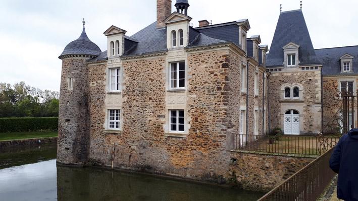 Château des Arcis entouré de douves - © Hubert Gouleret