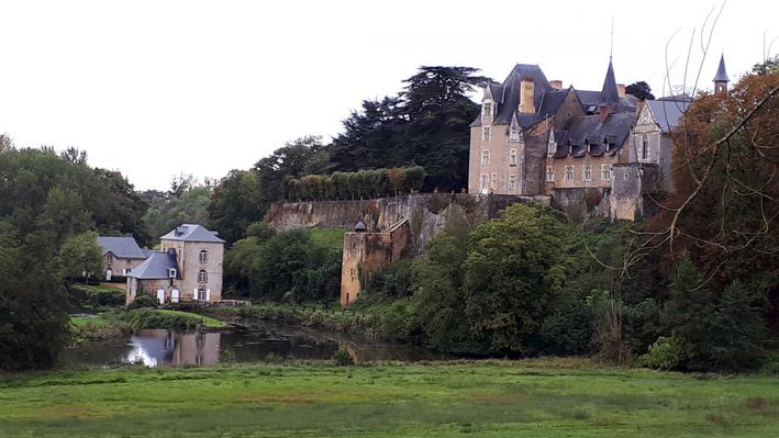 Le moulin de Thévalles au pied du château - © Hubert Gouleret