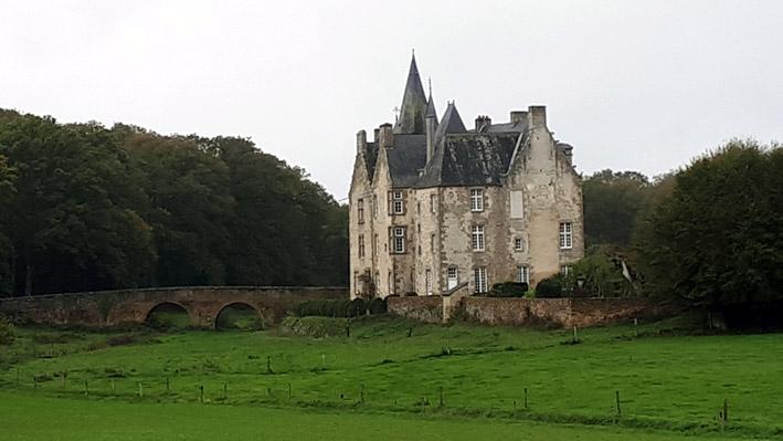 Château de Bourgon, en plein coeur de la mystérieuse forêt - © Hubert Gouleret
