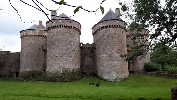 Les tours de Lassay vues du parc - © Hubert Gouleret