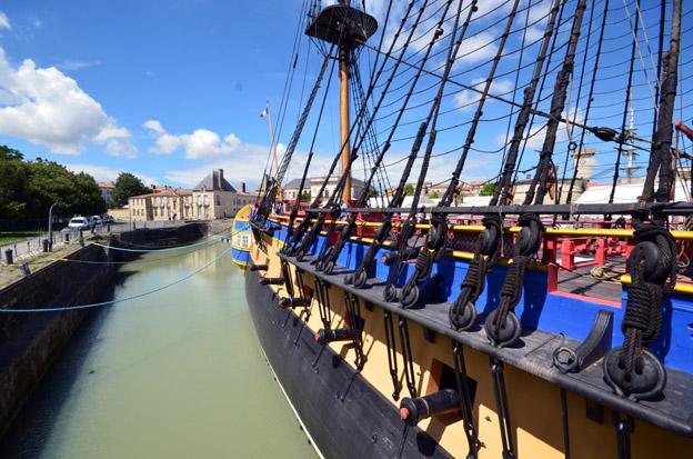 C'est à Rochefort qu'est construite en 1668, la première forme de radoub maçonnée : un bassin de mise à sec pour construite et entretenir les bateaux.  L'Hermione - © David Raynal