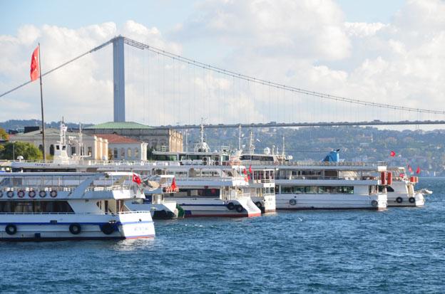 Les ferries se croisent avec nonchalance sous les ponts du Bosphore - © David Raynal