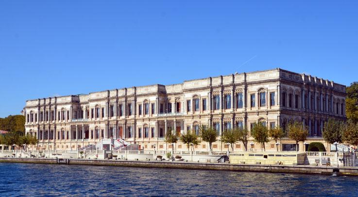 Le palais Çırağan est un ancien palais ottoman de marbre blanc orné de colonnes de porphyre réaménagé en hôtel de luxe - © David Raynal