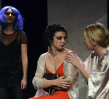 De gauche à droite Anna (Juliette Raynal), Carole (Marie Sanson) et Mâ (Claire Devere) © D. Raynal