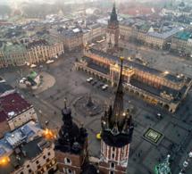 Rynek Główny, l'une des plus grandes, sinon la plus grande place médiévale d'Europe mesure 200 mètres sur 200 - © Sebastian Dudek